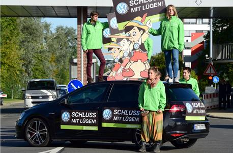 הפגנה מול מטה פולקסווגן בגרמניה במחאה על זיוף מבחני הזיהום, צילום: איי אף פי