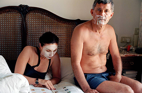 """""""מסיכות"""" של אלינור קרוצ'י. צילומים אישיים שעוסקים גם באוניברסאלי"""
