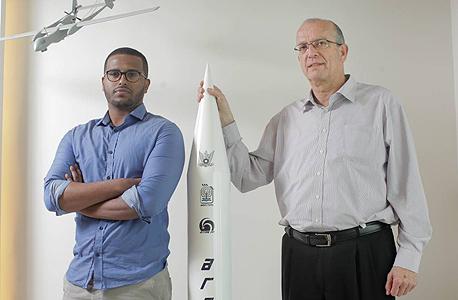 מימין יוסי וייס מנכל ה תעשייה ה אווירית ו אסי בלצאו סטודנט , צילום: עמית שעל