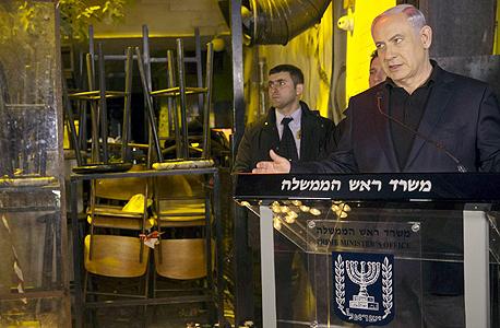 ראש הממשלה בנימין נתניהו ביבי נואם בזירת ה פיגוע ב תל אביב, צילום: רויטרס