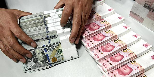 """שוק המט""""ח: הדולר והיורו נחלשו מעט מול השקל"""