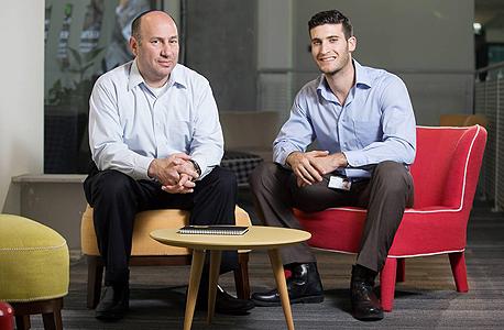 ג'וזף מנדלבאום (משמאל) והסטודנט לידור אטינגר