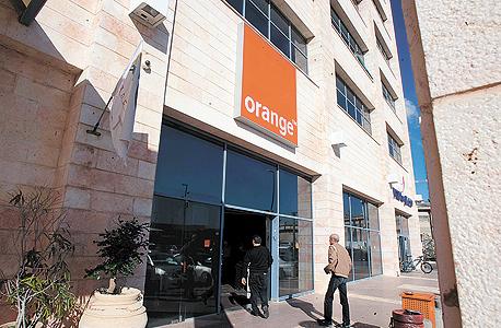 מרכז שרות של חברת אורנג' פרטנר ב חיפה, צילום: אלעד גרשגורן