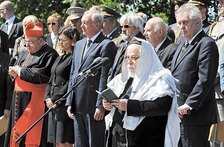 סידון נושא דברים בגטו טרזיינשטט, בנוכחות נציגי ממשל צ'כים