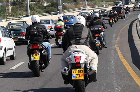 אופנועים בנתיבה תחבורה ציבוריים, צילום: שאול גולן