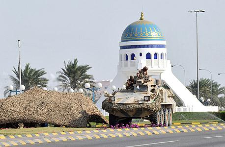 """כוחות ביטחון מפטרלים בעיר סוחאר שבצפון מזרח עומאן ב־2011, לאחר הפגנות שהיו באזור במסגרת """"האביב הערבי"""". ההפגנות היו מצומצמות מאוד, אך בהעדר עיתונות חופשית לא ברור מה בדיוק תבעו המפגינים"""