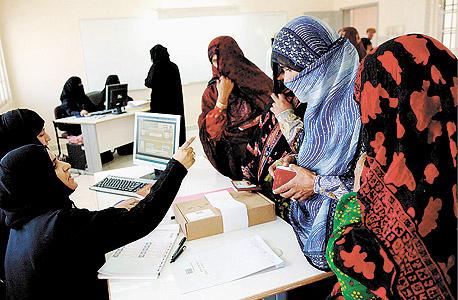 """נשים עומאניות מצביעות בבחירות במוסקאט, 2007.  ב־1991 הקים השליט קאבוס, לראשונה, """"מועצה מייעצת"""", שמשמשת מעין פרלמנט בן 84 חברים, ומאז נערכות בחירות אליו בכל ארבע שנים"""