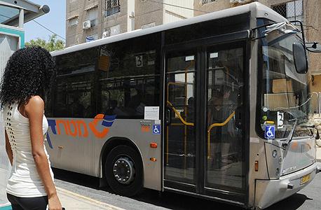 נסיעה באוטובוס לעבודה (ארכיון). תדאגו להחזר נסיעות בחוזה