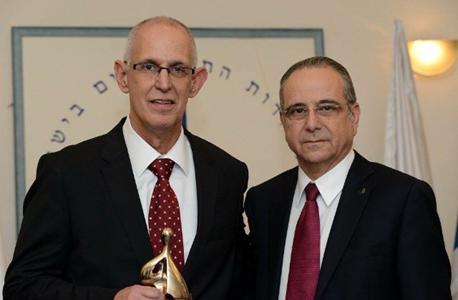 רק אתמול העניק נשיא התעשיינים שרגא ברוש (מימין) את פרס התעשייה לאריק שור