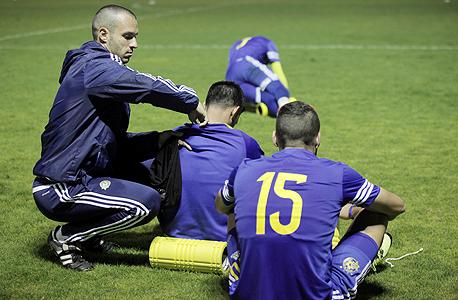 """אימון בנוער של מכבי תל אביב. """"מה שאנחנו עושים במכבי זה לפתח את הכדורגלן, את האיכויות הטכניות והגופניות שלו — המהירות, הגמישות, הפיזיולוגיות — רק דרך כדורגל. הכל עם הכדור ברגליים"""""""