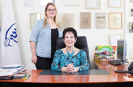 """מימין יו""""ר ויצו העולמית רבקה לזובסקי וסטודנטית שי למפל"""
