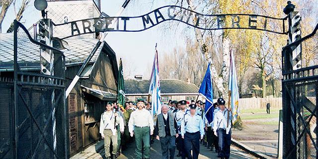 """השלט """"העבודה משחררת"""" באושוויץ, פולין"""