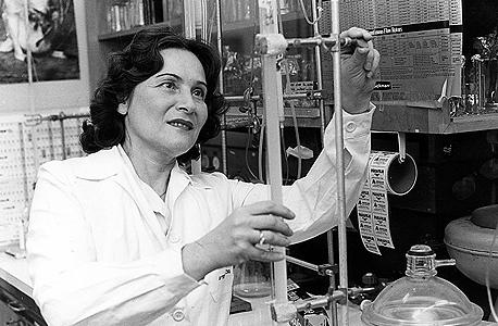 """ארנון במעבדה, 1982. """"לחיות את חייך עם השאיפה ללכת קדימה, ולא לפחד מאתגרים"""""""