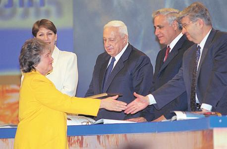 """ארנון מקבלת את פרס ישראל לרפואה, 2001. """"הדבר הכי נפלא הוא לקום בבוקר ולהגיד איזה כיף, אני הולכת לעבודה"""""""