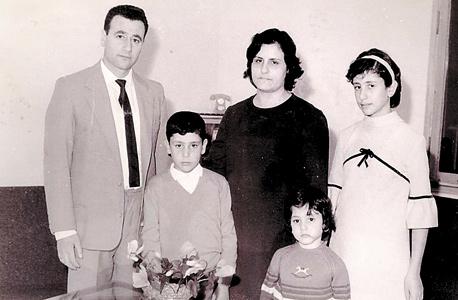 1972. מסעד ברהום בן ה־12 (במרכז) עם אחיותיו מרלן ורינה, והוריו רוזט והאני, בבית בשפרעם