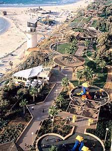 רצועת החוף בנתניה. בנייה קרובה לשפת המצוק