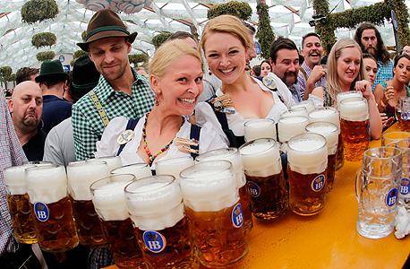 חגיגות אוקטוברפסט (ארכיון). לפי המחקר אם לא תופחת פליטת הפחמן, צריכת הבירה באירלנד, בלגיה וצ