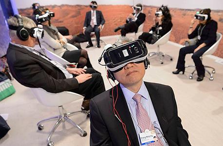 התנסות במשקפי מציאות מדומה, צילום: אי פי איי