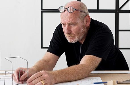 """פיני לייבוביץ' בסטודיו שלו. """"האתגר הוא להבין איזו משמעת פנימית ואילו קומפוזיציות ייצרו רהיט עכשווי, שגם יישאר רלוונטי לאורך זמן"""""""