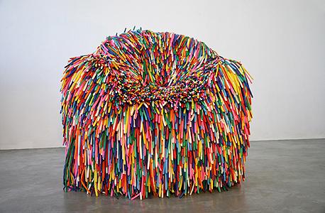 כיסא מסדרת Happy Material, עשוי בלונים, שהוצג במוזיאון קופר־יואיט בניו יורק