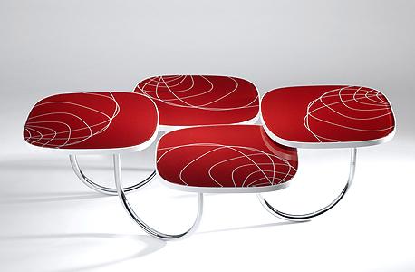 שולחן מסדרת Moving Table, שכולה מערכות ישיבה דינמיות הבנויות על קשתות המשמשות כמפרקי ציר