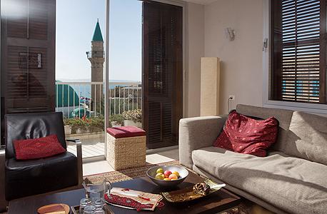 """פינת ישיבה בסלון. """"הבית הוא פרשנות מודרנית לתבנית ליוואן"""", צילום: תומי הרפז"""