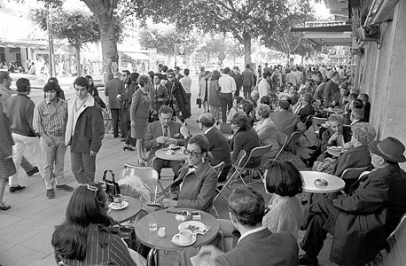 """בית הקפה רוול ברחוב דיזנגוף בת""""א בשנות ה-70"""