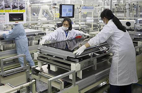 ייצור מסכים במפעלי שארפ. נשארה היפנית העצמאית היחידה בתחום