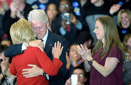 הילארי קלינטון ב פריימריז ב איווה עם בעלה הנשיא לשעבר ביל קלינטון 2, צילום: אי פי איי