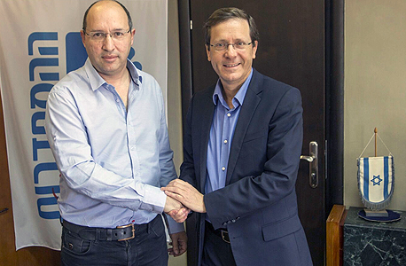 מימין יצחק הרצוג ו אבי ניסנקורן, צילום: ניר כפרי