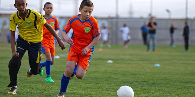 לשחק או לנצח? ביטול הטבלאות בליגת הילדים בכדורגל מעורר שאלות על חינוך לספורט