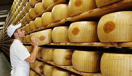 """גבינה פרמג'ן פרמז'ן איטליה אג""""ח, צילום: בלומברג"""