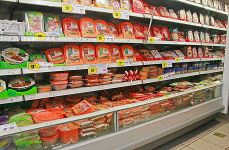 מדפי בשר מעובד ב סופרמרקט, צילום: דנה קופל