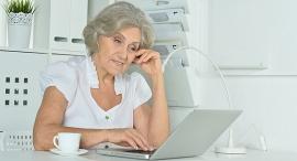 אישה מבוגרת עובדת על מחשב גיל פרישה פנסיה, צילום: שאטרסטוק