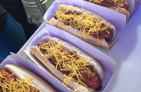 נקניקיות ברגר קינג הוט דוג בתוספת גבינה וצ'ילי chili cheese hot dog, צילום: איי פי