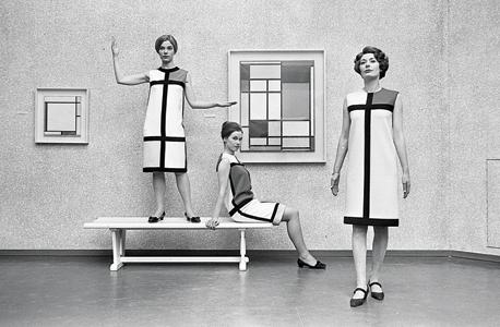 שמלות מסדרת פיט מונדריאן בעיצוב איב סאן-לורן מוצגות במוזיאון העירוני בהאג, לצד הציורים ששימשו להן השראה. אביב 1966