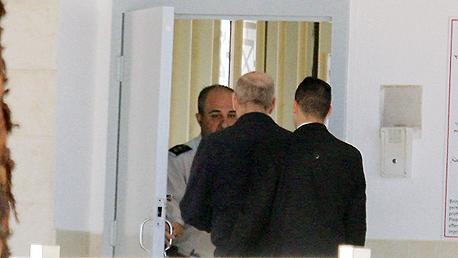 אהוד אולמרט נכנס לכלא, צילום: מוטי קמחי