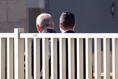 אהוד אולמרט נכנס לכלא