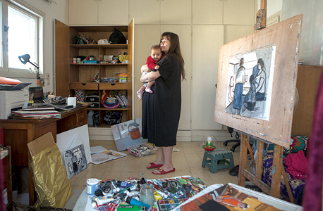 """זיוה צ'רקסקי עם בתה. """"פתאום הבנתי שבחוץ יש המון עניין בשבילי וקודם כל זה הקשר למציאות. אני חושבת שרוב הציור היום בארץ ובעולם הוא ציור שאפשר לקרוא לו סוריאליסטי: כל מיני אסוציאציות ודברים שבאים מהבועה האמנותית"""""""