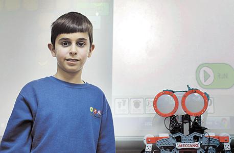 """עמית ברלב, תלמיד כיתה ג', עם משחק התכנות CodeMonkey. """"אני רוצה להיות בכיתת סייבר. סייבר זה שפורצים לתוכנות, למשל למחשב של האויבים ורואים מה התוכניות שלהם"""""""