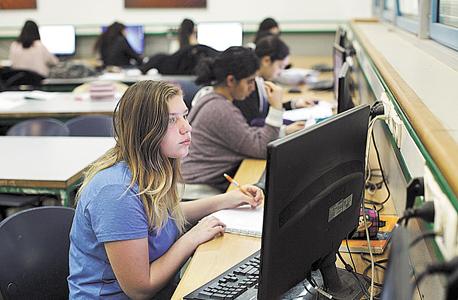 """הילה צרפתי, בכיתת הבנות למדעי המחשב. """"יש פחות הפרעות, ואנחנו מצליחות להספיק יותר חומר מכיתות אחרות"""""""
