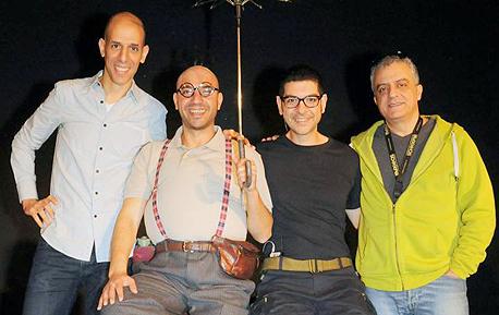 """מימין: נורמן עיסא, שחקני ההצגה בסאם בירומי ואיברהים סקאללה, וינץ לוי. """"התגלמות הדו־קיום"""""""