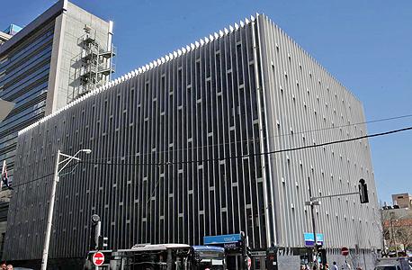 """בניין הבנק בצומת הרחובות הרצל ויהודה הלוי בת""""א"""