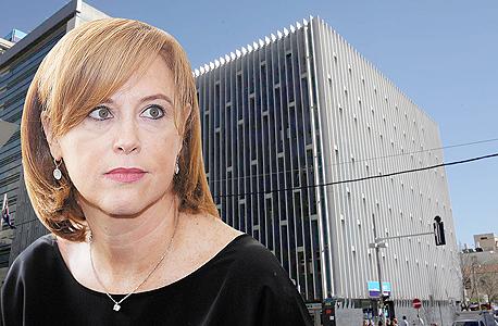 רקפת רוסק עמינח מנכלית בנק לאומי עם בניין בנק לאומי ברחוב הרצל , צילום: אוראל כהן , עמית שעל
