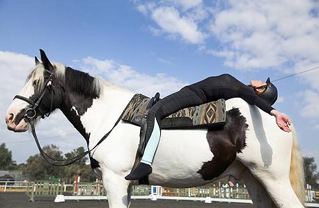 שיעור יוגה־סוס. שרירי הבטן מגויסים כל הזמן