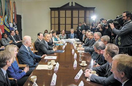 """ראשי תעשיית הטכנולוגיה בפגישה עם אובמה.  """"הייתי מוטרד מזה ש־50 אנשים לבנים יושבים בחדר ישיבות ומקבלים החלטות שמשפיעות על חייהם של מיליארד אנשים"""", צילום: איי אף פי"""