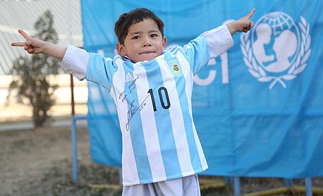 """מורטאצה אחמדי ילד אפגני עם חולצת ליאו מסי 1, צילום: יונצ""""ף פייסבוק"""