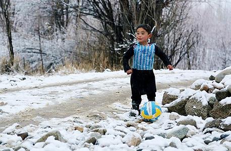 """מורטאצה אחמדי ילד אפגני עם חולצת ליאו מסי, צילום: יונצ""""ף פייסבוק"""