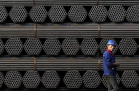 פועל במפעל צינורות מתכת. הכלכלה צמחה בשנה שעברה בשיעור של 6.9% - הנמוך ביותר מזה 25 שנים