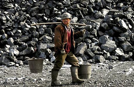 פועל מכרה בסין